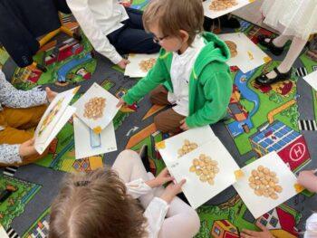 """""""Food products"""" – uczniowie klasy I poznają słownictwo związane z produktami spożywczymi 🍎🍏🥦"""